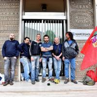 """Milano, si incatenano ai cancelli della Marcegaglia. Gli operai: """"No al trasferimento a Tortona"""""""