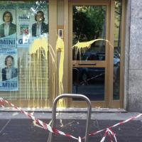 Comunali Milano, vetrine rotte e imbrattate di vernice: vandali contro il comitato elettorale della Gelmini