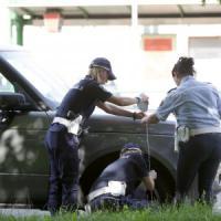 Milano, donna di 55 anni colpita dallo specchietto di un suv cade a terra e muore