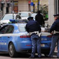 Milano, interviene per aiutare l'amico: aggredito dal rapinatore, 63enne rischia la vita