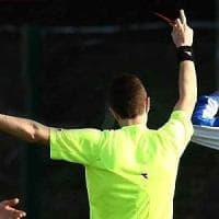 Milano, arbitro violentemente contestato dai giocatori: lo 'salva' un carabiniere