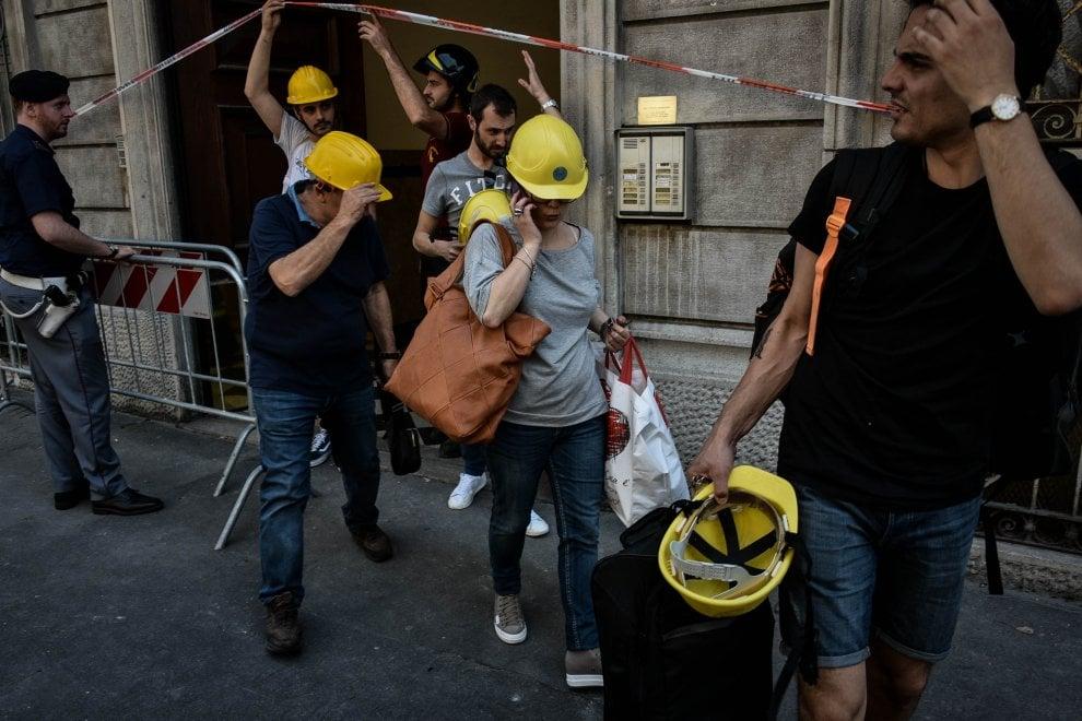 Esplosione Milano, il pellegrinaggio degli sfollati: in via Brioschi con l'elmetto per recuperare i vestiti