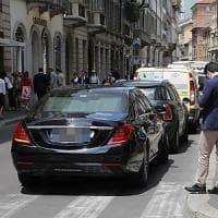 Milano, sosta selvaggia in Montenapoleone: negozianti infuriati per suv e furgoni 'in vetrina'