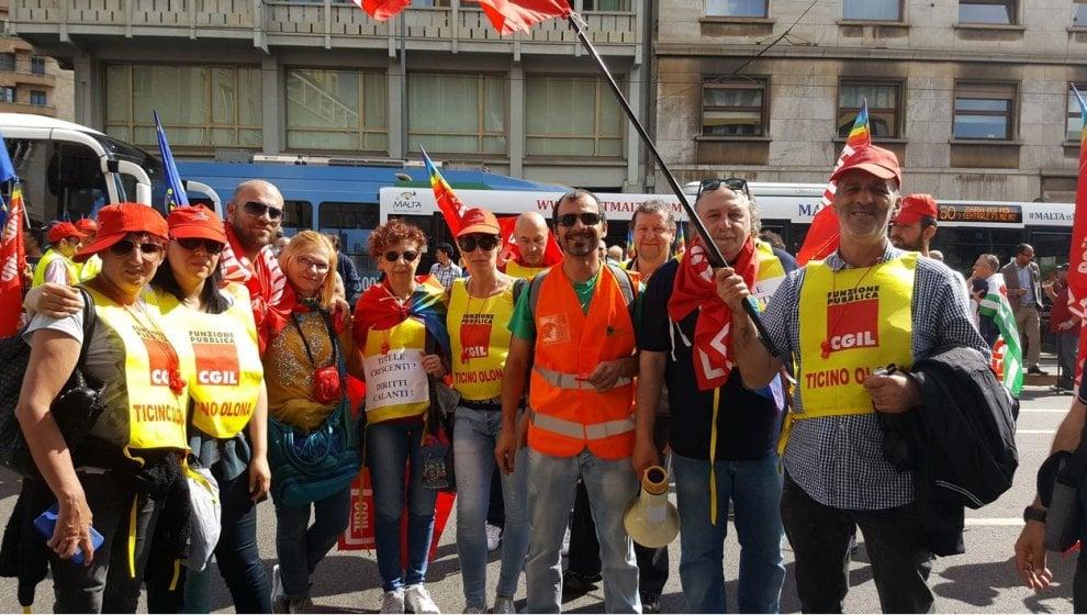 Milano, gli operatori ecologici in sciopero: il sit-in ...