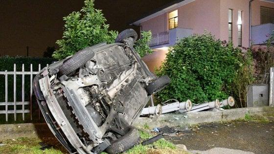 Bergamo auto esce di strada e si schianta contro cancello muore 14enne feriti tre amici 15enni
