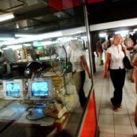 Milano, gli schiaffi del marito nei video del metrò: soccorsa, confessa 8 anni di violenze