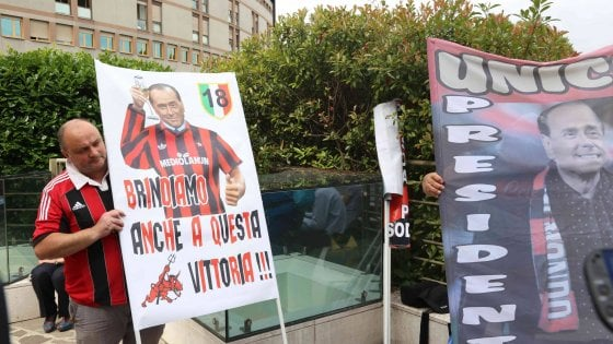 Berlusconi, primi passi e calcio in tv dopo l'intervento. Su Facebook l'appello al voto per Parisi