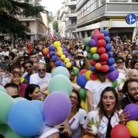 Gay Pride, il primo corteo che sfila a Varese: flash mob per le vittime di Orlando