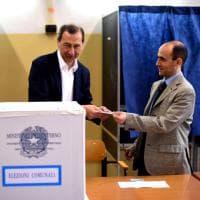 Elezioni Milano, Sala al seggio con la moglie: