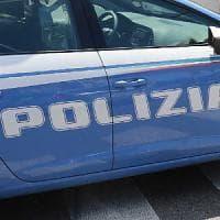 Milano, fidanzati rapinati in corso Como: pugni in faccia fuori da un locale, via l'orologio