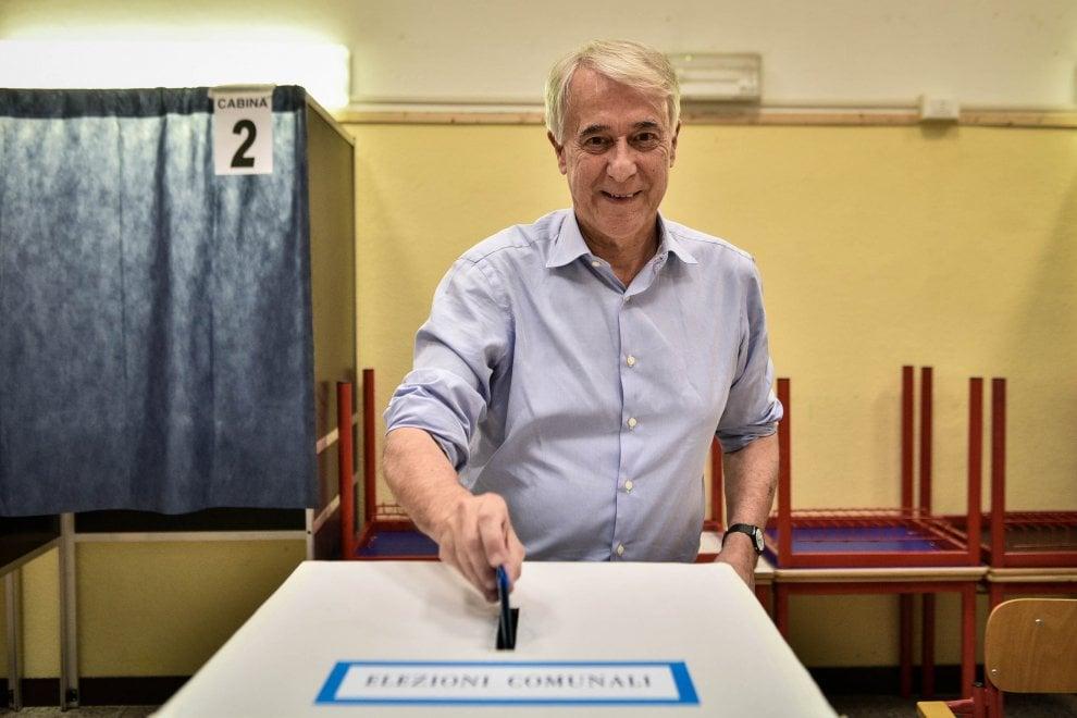 Elezioni Milano, Pisapia vota il suo successore: al seggio con la moglie
