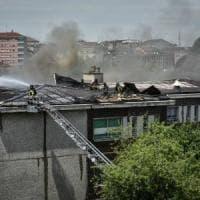 Milano, brucia il tetto della scuola del centro estivo: evacuati i bambini