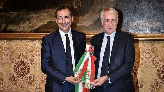 """Milano, Pisapia saluta la città e passa il testimone a Sala: """"Io oggi sono un uomo felice"""""""