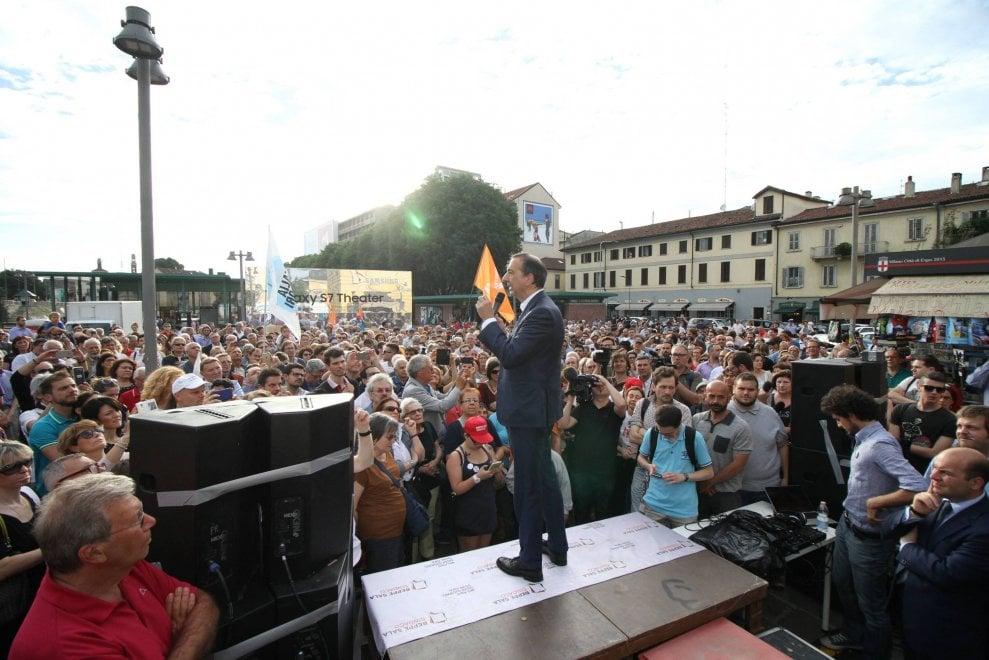 Milano, il nuovo sindaco festeggia la vittoria in Darsena