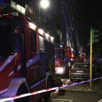 Milano, incendio distrugge due mansarde: palazzo sfollato in via Edolo, nessun ferito