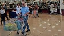 Prove di normalità  a casa Pisapia: l'ex  sindaco al supermercato