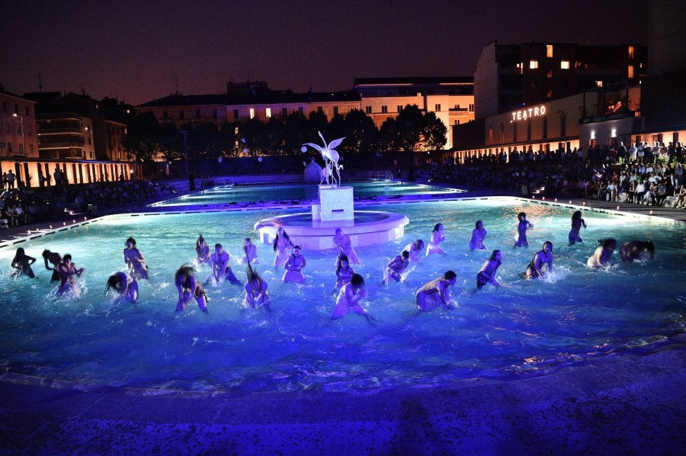 Milano, rinasce la Caimi: la festa non finisce mai, nuovo show sull'acqua