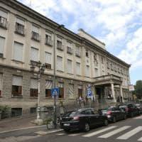 Milano, 44enne sfregiata al volto con una coltellata: il marito è ricercato