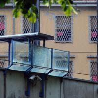 Violenza contro le donne, sulle sbarre i fazzoletti rossi dei detenuti del carcere di Brescia