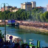 Milano,  facce dipinte e fumogeni tricolori: in migliaia in Darsena per la Nazionale