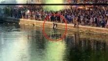 Italia-Spagna, la festa  dei 6mila in Darsena   E ci scappa anche il tuffo