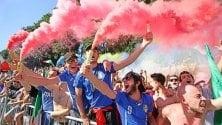 Facce dipinte e fumogeni tricolori per la Nazionale
