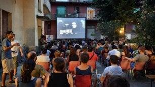 """""""Scendi, c'è il cinema""""    foto    Al Giambellino film e pop-corn nei cortili delle case popolari"""