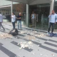 Milano, blitz dei centri sociali al Pirellone: sacchi di macerie e striscioni