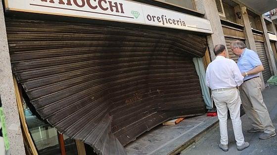 Milano, furto con spaccata alla gioielleria Maiocchi: auto sfonda serranda, ripulita la vetrina