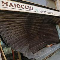 Milano, furto con spaccata alla gioielleria Maiocchi: auto sfonda serranda,