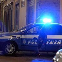 Milano, calci e pugni a un disabile per rapina: la polizia salva 38enne dal linciaggio