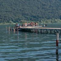 Bergamo, bambino di 12 anni cade nel lago d'Iseo. Sott'acqua per 10 minuti: è gravissimo