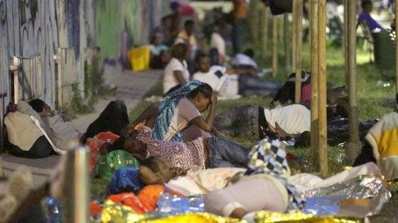 """Milano, profughi accampati vicino alla stazione. """"Situazione esplosiva, subito gli alloggi Expo"""""""
