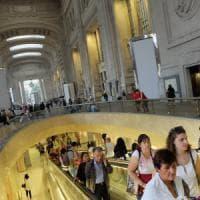 Milano, borseggiatrici del metrò fingono gravidanza per evitare l'arresto: