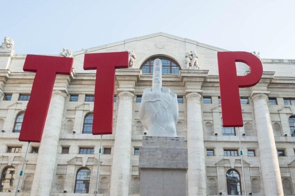 """Piazza Affari, il dito di Cattelan per lo slogan dei """"No Ttip"""""""