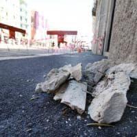 Maltempo a Milano, turista ferita dal crollo di un cornicione. Decine di rami spezzati dal vento