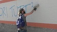 Per hobby cancella le scritte sui muri: Cesare ripulisce San Vittore