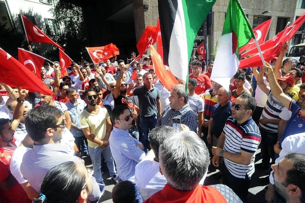 Milano, presidio al consolato turco: volantini e cori a favore di Erdogan
