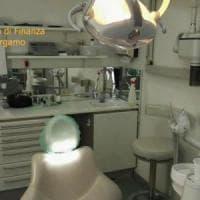Evasori e abusivi, denunciati 10 falsi dentisti a Bergamo: affari in nero per 4,2 milioni