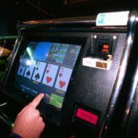 Milano, gioca e perde per 12 ore consecutive al videopoker: scoppia la rissa al bar