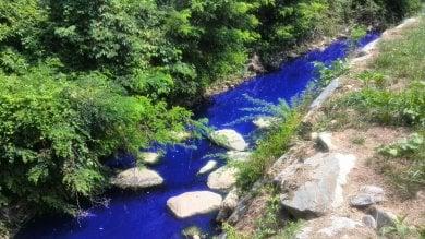 """Fiume blu come in Avatar nel Milanese """"Ma vernice nell'acqua non è tossica"""""""