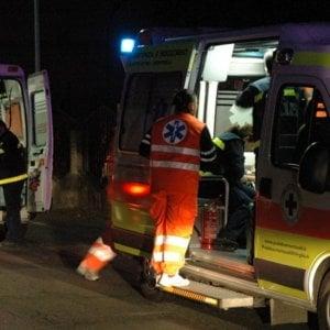 Incidenti, l'auto sfonda il muretto e vola in un torrente: quattro feriti nel Lecchese
