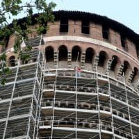 Milano, una gabbia per la torre ferita del Castello Sforzesco
