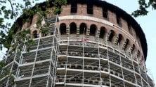 Una gabbia per la torre ferita del Castello