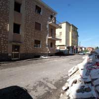 Brescia, il nubifragio lava via il rivestimento del palazzo: la facciata 'a nudo'