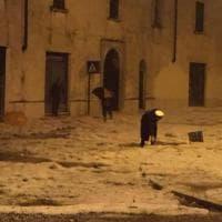 Maltempo a Brescia, la grandine sembra un manto di neve
