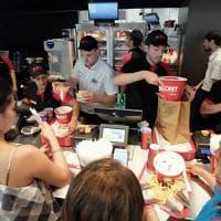 Milano, apre Kfc in Bicocca: in coda per il pollo fritto