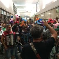 Como, musica per dare conforto ai profughi accampati: concerto spontaneo in stazione