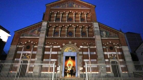 """Milano, tre imam alla messa domenicale per dire insieme ai fedeli cristiani: """"No al terrorismo"""""""