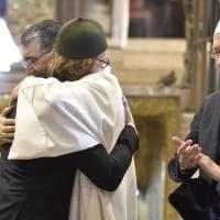 Milano, musulmani e cristiani insieme a messa: l'abbraccio contro il terrorismo